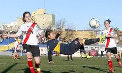 Thủ môn nữ lao lên 'chặt chém' đối thủ