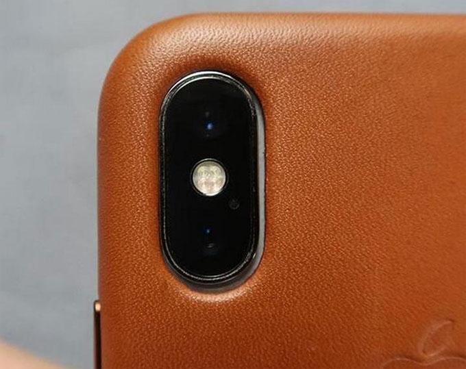 Ốp bảo vệ iPhone XS khiến camera iPhone X bị thừa ra một khoảng.