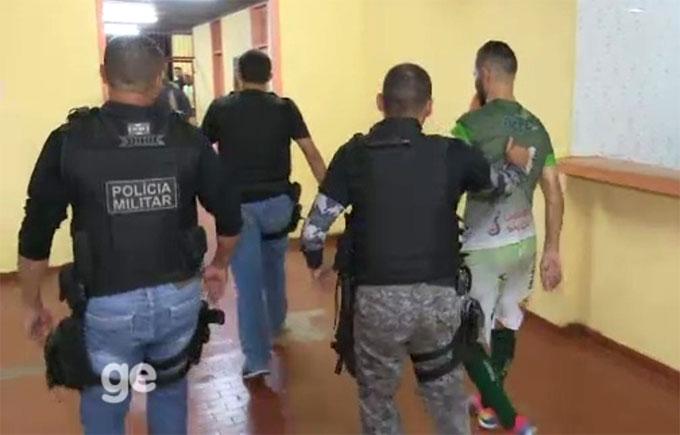 Alcione bị cảnh sát bắt ngay sau sự cố. Ảnh: Globo.
