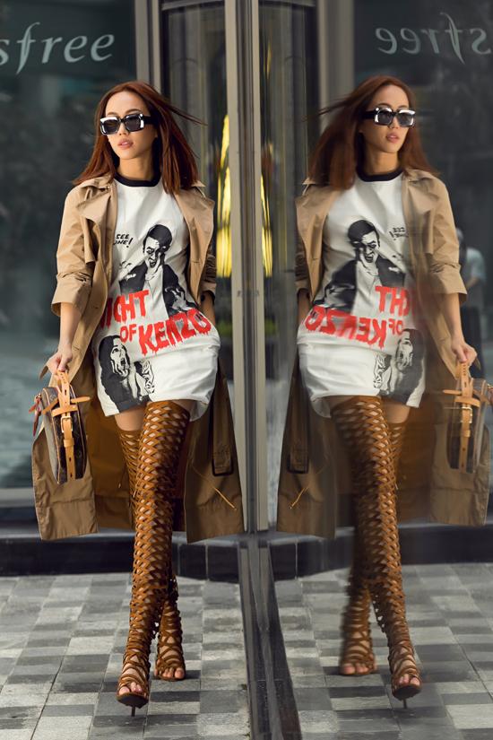 Kết hợp cùng áo choàng là mẫu bốt cổ cao cùng túi dáng tròn hot trend của thương hiệu Louis Vuitton.