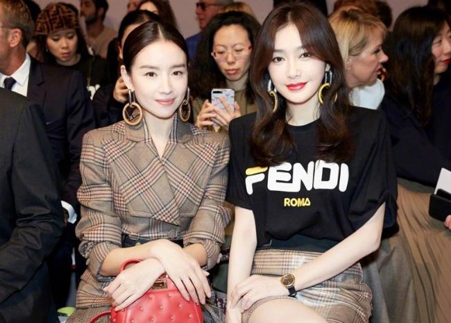 Đổng Khiết và Tần Lam ngồi bên nhau trên hàng ghế khách mời của show thời trang do Fendi tổ chức, sự kiện trong khuôn khổ Tuần lễ Thời trang Milan 2018. Sau thành công của