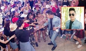 Châu Khải Phong bị khán giả đòi xé áo khi xuống giao lưu