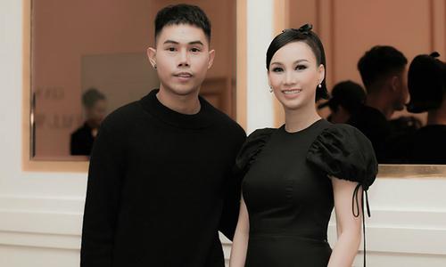 Paris Vũ diện váy tông đen cổ điển dự show Lâm Gia Khang