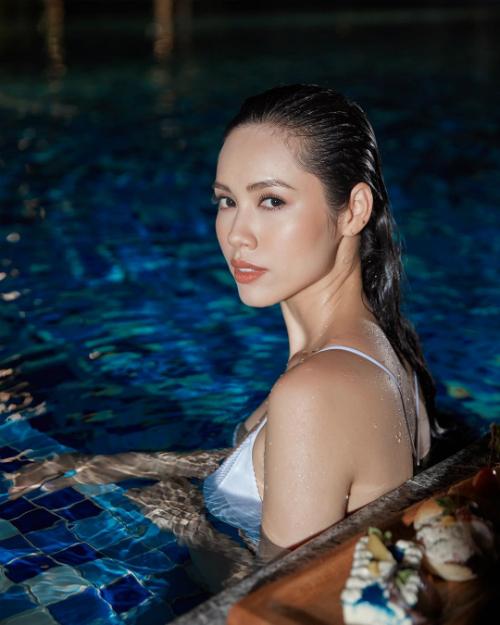 Á hậu Hoàng My khoe vẻ đẹp gợi cảm trong hồ bơi ở Phú Quốc.