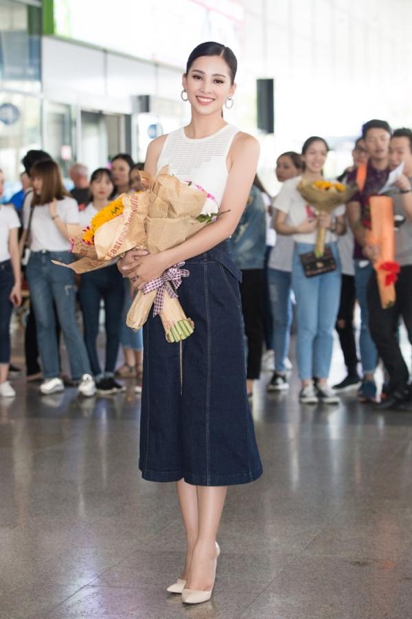 Gia đình Trần Tiểu Vy làm tiệc mừng con gái trở về