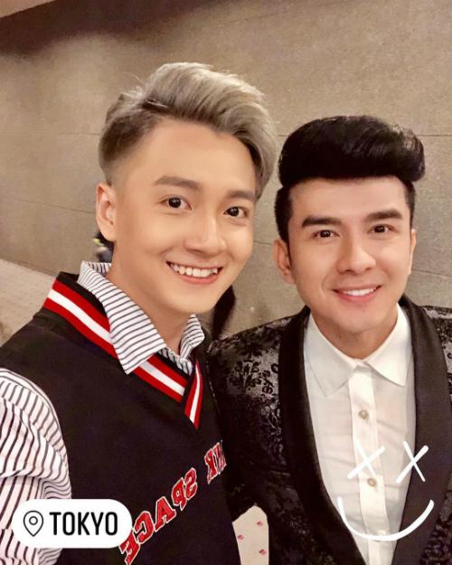 Ngô Kiến Huy selfie đọ độ trẻ trung cùng Đan Trường:Bao nhiêu năm rồi! Anh Bo vẫn 18 tuổi. Bé phải xin bí quyết.