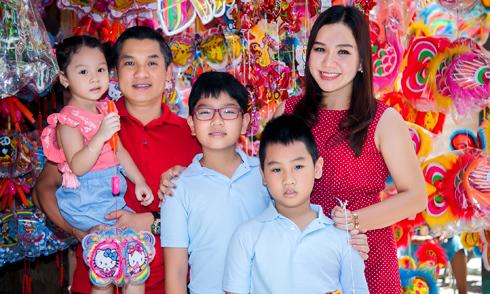 Gia đình MC Xuân Hiếu dạo chơi ở phố đèn lồng