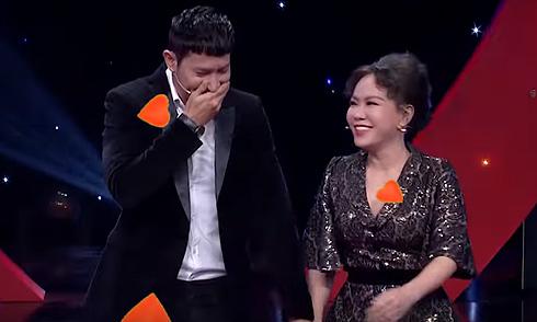 Huy Khánh ngượng khi nắm tay Việt Hương