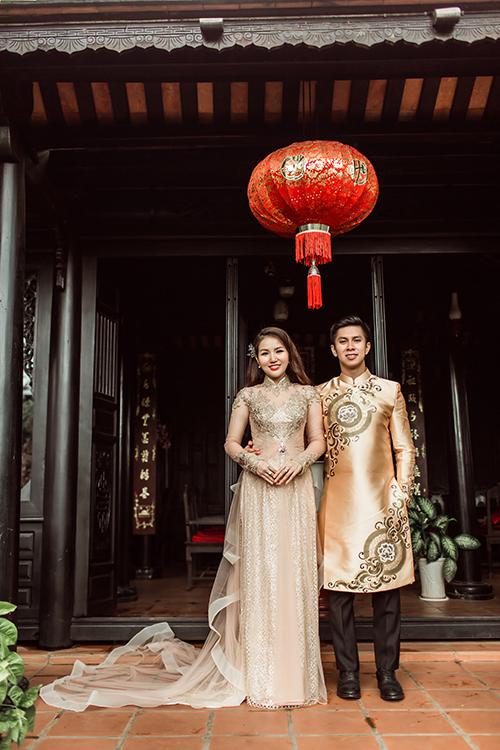 Ngày nay, cô dâu chú rể thường ưu ái diện áo dài màu đồng và đỏ đậm vì sự trang nhã, sang trọng, NTK nhận định. Sự tương đồng về màu sắc, chất liệu, hoa văn hoặc họa tiết của áo dài cô dâu, chú rể góp phần thể hiện tình cảm gắn bó của uyên ương trong ngày đại hỷ.