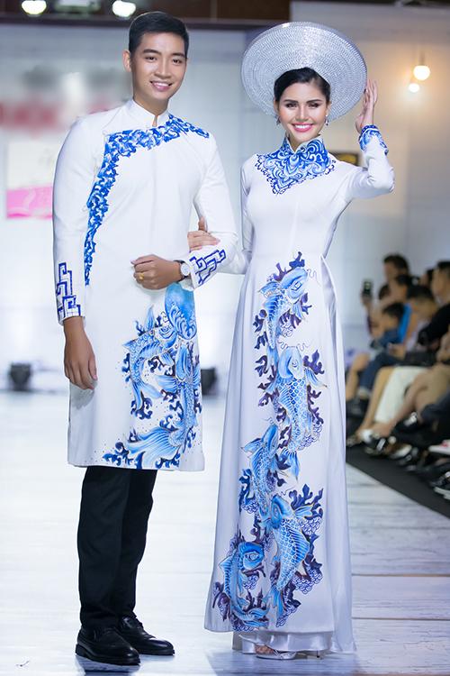 Cô dâu chú rể nổi bật trong tà áo dài cưới với họa tiết cá chép xanh dương trên nền trắng. Chú rể diện áo cách tân với gam màu này mang nét thanh lịch, khí khái.