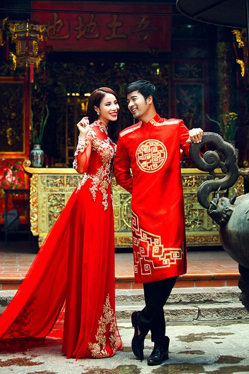 Theo NTK Minh Châu, một chiếc áo dài nam giới đẹp sẽ phải đáp ứng được các tiêu chí: bờ vai thẳng, vừa vặn với thân hình chú rể; tà áo dài qua đầu gối khoảng 10 cm; chất liệu vải cứng cáp.