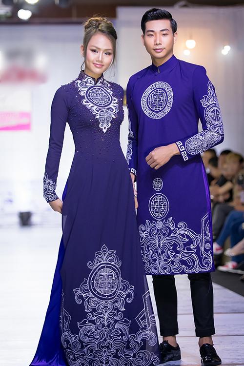 Mẫu áo dài tím cũng được tô điểm bởi họa tiết lấy cảm hứng từ hoa văn cung đình xưa, đem đến nét nền nã, sang trọng. Bên cạnh đó, màu tím còn tượng trưng cho sự chung thủy, khiêm nhường.