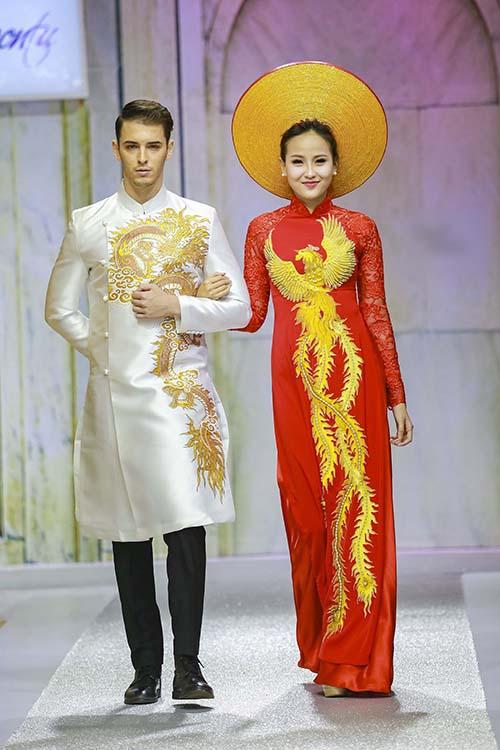 Á quân The Face Khánh Ngân diện áo dài cưới màu đỏ bên người mẫu nam diện áo trắng. Hai mẫu áo có họa tiết long phụng, mang đến sự sang trọng. Chú rể diện áo trắng không chỉ thể hiện được khí chất nam nhi mà còn mang đến sự nho nhã.