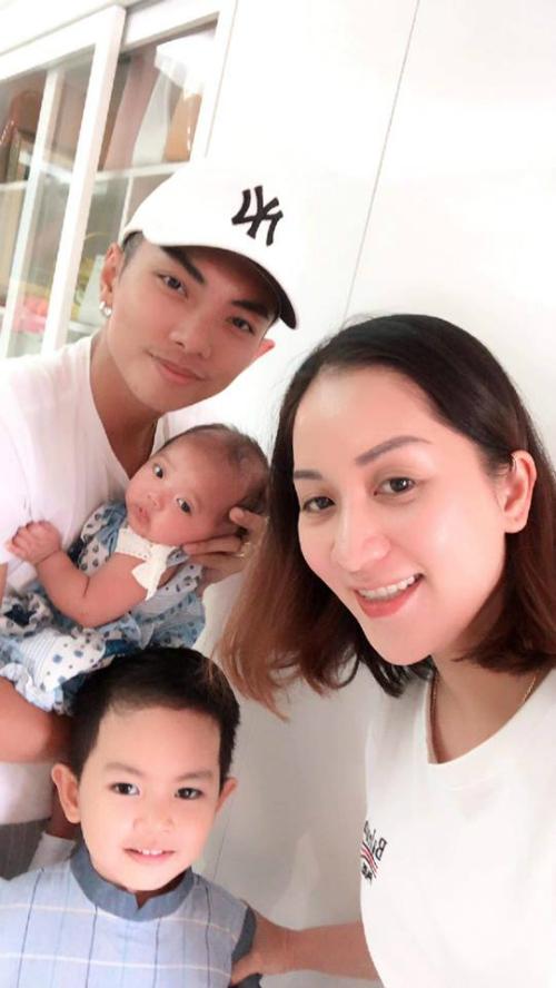 Vợ chồng Khánh Thi và Phan Hiển rạng rỡ bên hai con.
