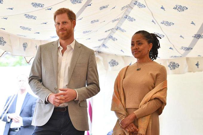 Hoàng tử Harry ngại ngùng và lép vế trước cặp mẹ con Meghan - 2