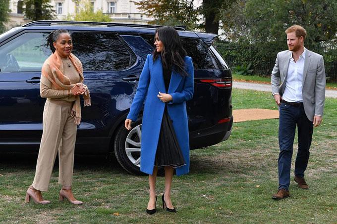 Hoàng tử Harry ngại ngùng và lép vế trước cặp mẹ con Meghan
