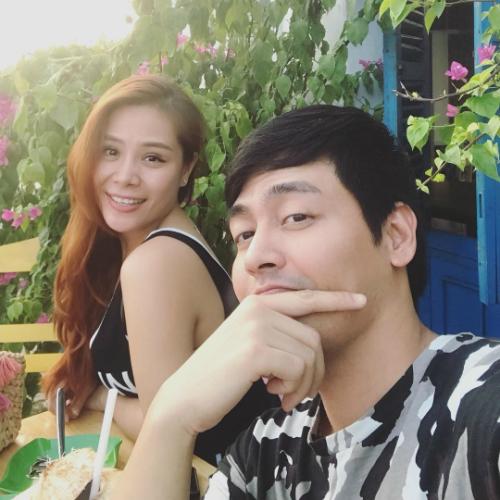 MC Phan Anh và bà xã tạo dáng chụp ảnh selfie.