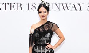 Hồng Nhung đến xem thời trang khi chương trình vừa kết thúc