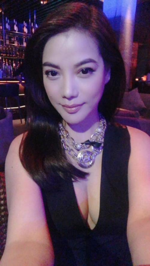 Trương Ngọc Ánh sexy với thiết kế xẻ sâu ngực.