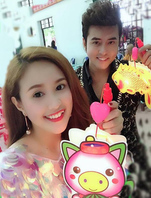 Vợ chồng Phương Hằng - Anh Tâm vừa về Đồng Nai tham gia tổ chức Tết Trung thu cho 400 trẻ em nghèo.