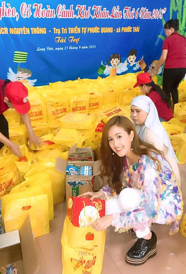 Phương Hằng tự tay xếp từng phần quà. Cô vui vì năm nay được cùng ông xã đi từ thiện, mang niềm vui tới các trẻ em nghèo.