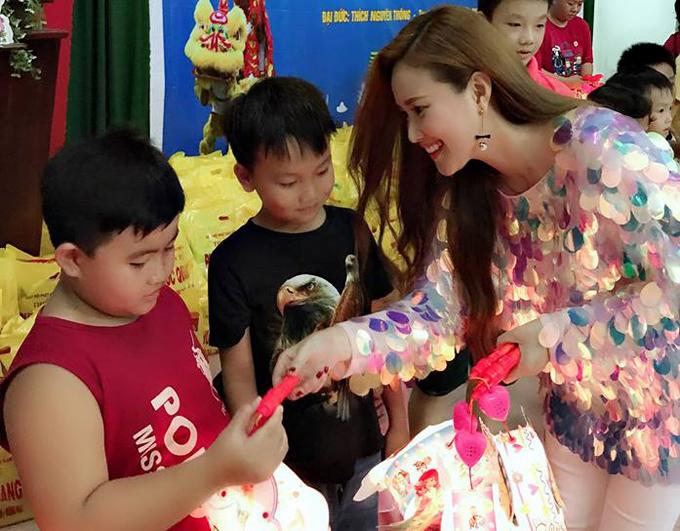 Các fan nhí rất hào hứng khi được nhận quà từ tay Út Minh của Gạo nếp, gạo tẻ.