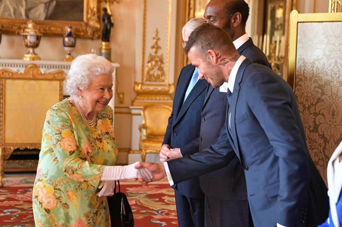 10 khoảnh khắc xấu hổ muốn độn thổ của các thành viên hoàng gia Anh - 9