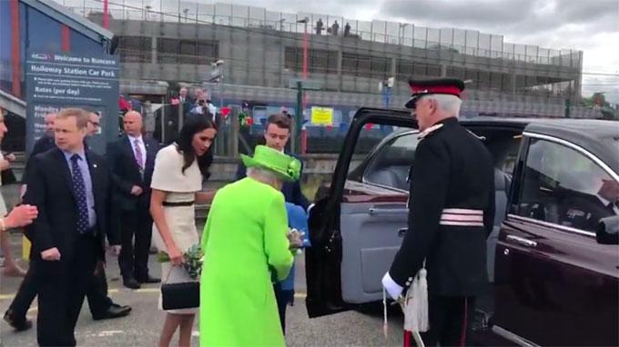 Trong lần đầu tham dự sự kiện với Nữ hoàng sau khi trở thành dâu hoàng gia, Meghan đã bị lúng túng vì quên mất nghi thức lên xe. Cô bối rối khi hỏi Nữ hoàng Bà thích ai là người lên trước ạ. Và Nữ hoàng đã giải vây cho Meghan bằng cách trả lời: Cháu trước.