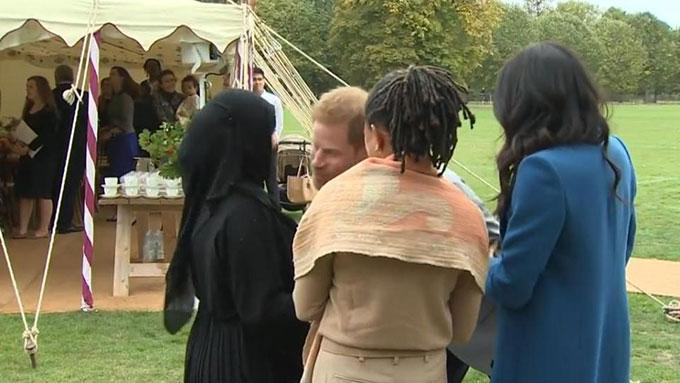 Tại bữa tiệc gây quỹ từ thiện cho nạn nhân của vụ hoả hoạn toà nhà Grenfell hôm 20/9, Hoàng tử Harry đã gặp lúng túng khi hôn một phụ nữ đạo Hồi bởi cô này bẽn lẽn và ngạc nhiên trước hành động không hiểu đạo luật của Harry. Đây không phải là lần đầu tiên một thành viên của hoàng gia gặp phải khoảnh khắc khó xử trước công chúng mà họ thà quên đi.