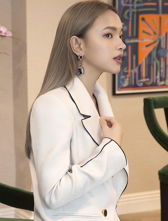 Suit trắng lịch lãm có được nét lôi cuốn riêng nhờ cách phối đường viền màu tương phản trên toàn bộ trang phục.