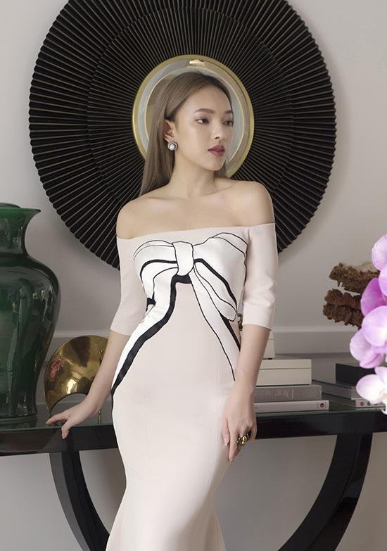 Thay vì phong cách đường phố và urban chic thường thấy, người đẹp 9x thể hiện vẻ đẹp của cô nàng hiện đại trong các trang phục đi tiệc của Công Trí.