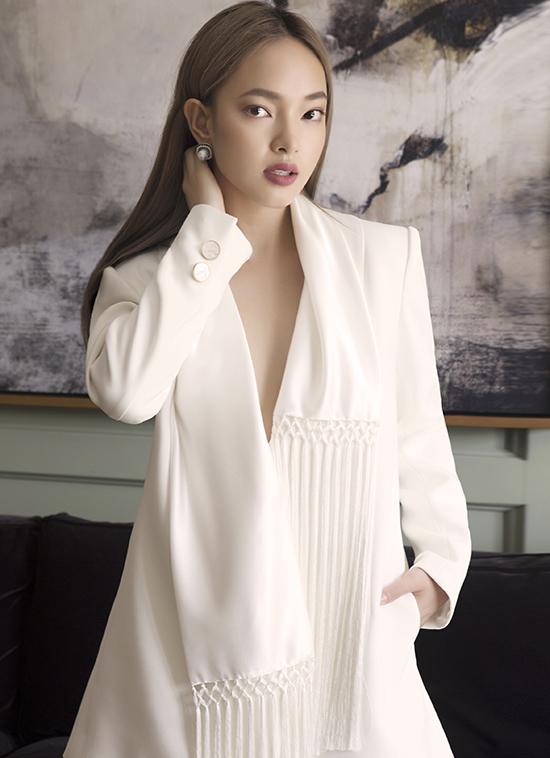 Bộ ảnh được thực hiện với sự hỗ trợ của nhiếp ảnhDanny Son Pham, stylistCindy Nguyen, trang điểm và làm tóc Cu-tie.