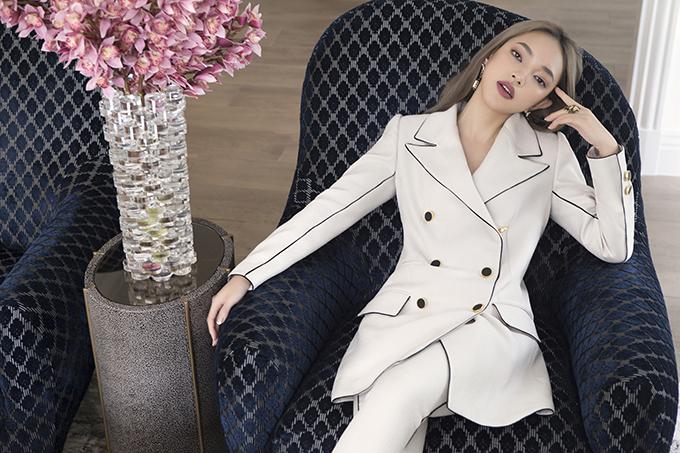 Bên cạnh các mẫu váy khai thác vẻ đẹp gợi cảm và nữ tính, Châu Bùi còn biến hoá ấn tượng với hình ảnh đậm chất menswear khi diện vest và suit.