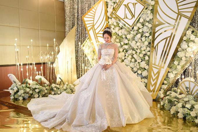 Cô dâu Ánh Nhi diện váy xòe bồng công chúa đượcđính đávà đắp ren cầu kỳ, mang nét cổ điển, sang trọng và ấn tượng.