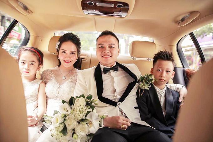 Gia đình cô dâu và chú rể đều theo nghiệp kinh doanh và đã đạt được thành công nhất định. Vì thế, tiệc cưới của đôi vợ chồng không chỉ có sự góp mặt của bạn bè, gia đình mà còn có nhiều bạn hàng và đối tác quan trọng. Biết được khách mời đã quen thuộc với địa điểm tiệc cưới này nên cô dâu chú rể muốn wedding planner biến đổi hoàn toàn không gian, thể hiện được sự sang trọng, khác lạ, độc đáo và đẳng cấp. Từ đó, tiệc cưới có thể tạo được sự tươi mới và gây ấn tượng với quan khách, đại diện wedding planner cho hay.