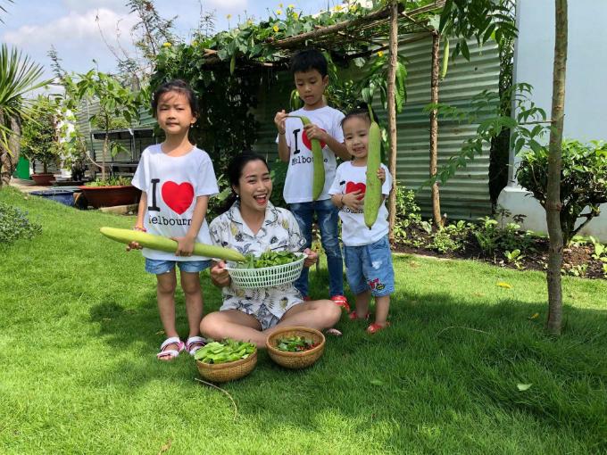 Từ khi xây dựng ngôi nhà mới của gia đình ở Bình Chánh, TP HCM, vợ chồng diễn viên Ốc Thanh Vân đã nghĩ tới một không gian sống tràn ngập cây xanh, vườn rau sạch và cây ăn quả. Vì thế, khi ngôi nhà đi vào giai đoạn hoàn thiện khoảng một năm trước, ông xã của Thanh Vân, Trí rùa, đã bắt đầu với cây sơ ri. Và 5 tháng trước, anh tiếp tục cải tạo mảnh đất trước nhà để trồng cỏ Nhật là sân chơi cho các con,rau sạch phục vụ nhu cầu của cả gia đình.