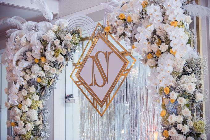 Với chủ đề The Great Gatsby, vấn đề đặt ra với ekip không chỉ tái hiện một không gian tiệc xa hoa, thể hiện rõ nét năng động, quyến rũ của thập niên 1920 mà còn kết hợp hài hòa chủ đề trang trí với các yếu tố riêng của một lễ cưới như sân khấu làm lễ, khu chụp ảnh lưu niệm, nơi tiếp khách của hai bên gia đình, nơi dùng tiệc. Tất cả nhằm đảm bảo một không gian cưới sang trọng nhưng vẫn có được sự gần gũi, gắn kết thân mật giữa cô dâu, chú rể và gia đình, bạn bè đôi bên.