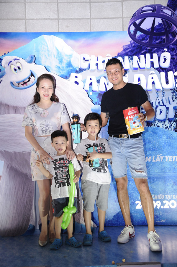 Vợ chồng Đan Lê, Thúy Hạnh đưa các con đi xem phim cuối tuần - 1