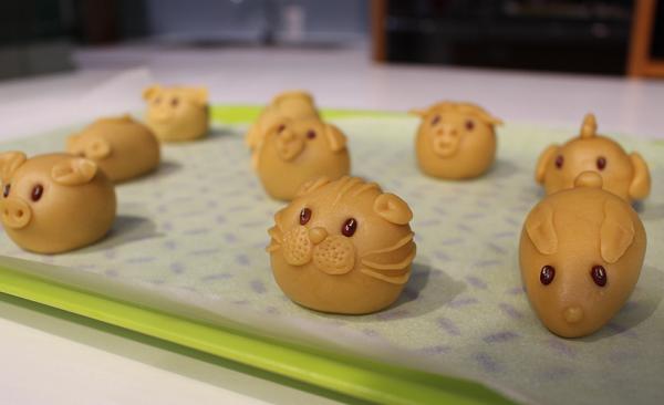 Những chiếc bánh hình con giống do các thầy giáo của Anjinomoto làm mẫu.