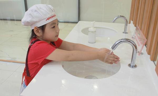 Các bé được hướng dẫn rửa tay trước khi thực hành làm bánh.
