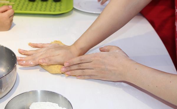 Các mẹ dùng lực cổ tay để nhào bột làm vỏ bánh nướng.
