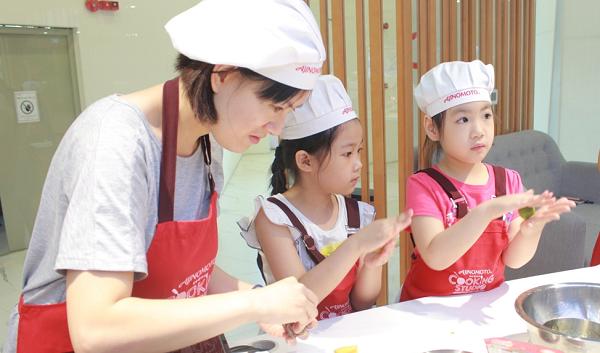 Mẹ và các con đang vo viên nhân đậu xanh, hạt sen, làm nhân bánh.