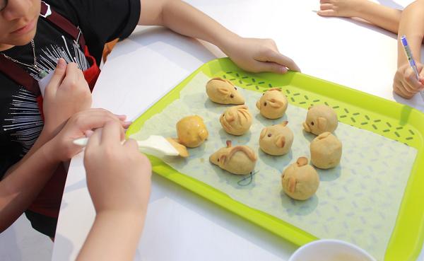 Các bé bắt đầu trải lớp áo màu cho từng chiếc bánh