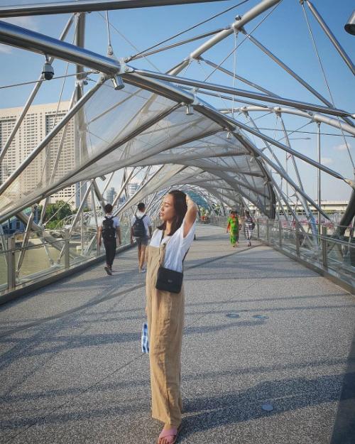 Diệu Nhi khoe ảnh check in ở cầu Helix (dạng xoắn ốc) ở Singapore.