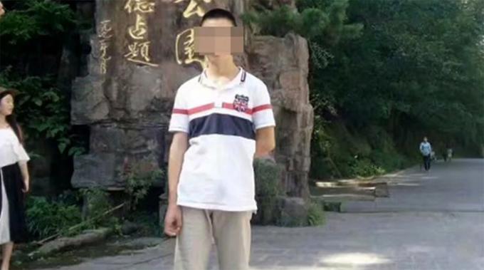 Nam sinh họ Zhang (19 tuổi) bị phạt nhảy ếch trong tư thế chắp tay ra sau lưng và tử vong hôm 16/9. Ảnh: The Paper.