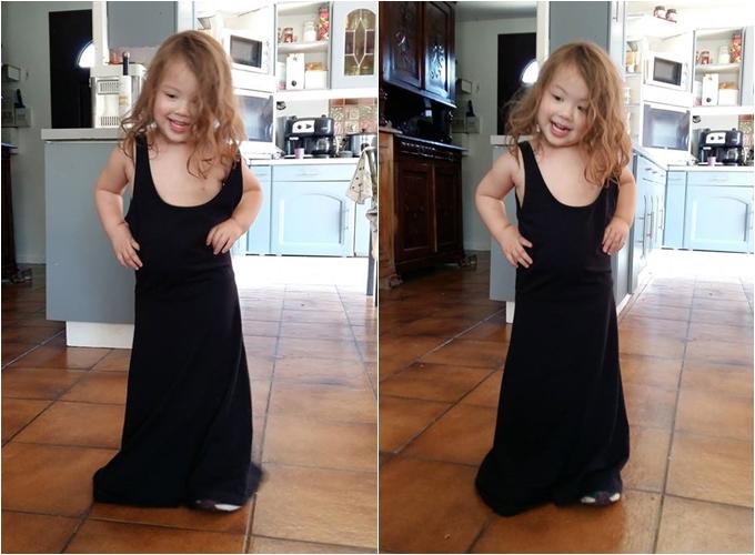 Con gái chị Thu Hà mặc váy của mẹ và chống tay vào hông giống người mẫu.