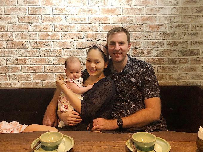 Lan Phương và ông xã đưa con gái đi chơi.