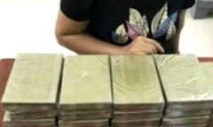 Giấu 24 bánh heroin trong túi hành lý