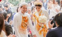 Lan Khuê nắm chặt tay bạn trai Tuấn John trong lễ đính hôn