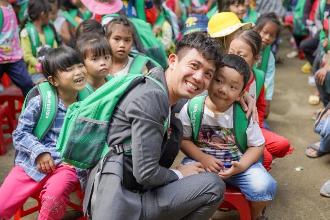 Phó TGĐ Nhựa Long Thành tặng quà cho các em nhỏ dịp Trung thu - 2
